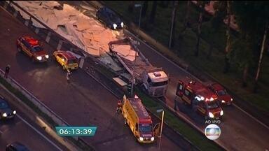 Motorista de caminhão morre em acidente na Rodovia Catello Branco - O motorista do caminhão que transportava placas de madeira tombou e bateu em um muro da via.