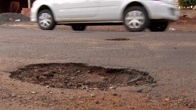 Buracos em ruas de Campo Grande causam prejuízos a moradores - Mesmo em baixa velocidade é difícil não cair em buracos, comenta condutor