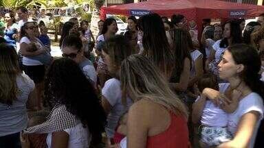 Dezenas de mães realizam 'mamaço' na orla de Ponta Verde, em Maceió - Iniciativa mostra importância da amamentação para mulheres e crianças.