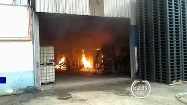 Fábrica de plástico sofre incêndio em Taubaté, SP - Corpo de Bombeiros informou que fogo começou em uma máquina injetora.