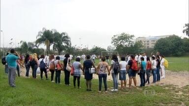 Amigos da técnica em enfermagem morta semana passada fizeram um protesto - Elizangela Medeiros morreu 3 dias depois de denunciar o mau atendimento que ela recebem no hospital de Saracuruna, onde ela também trabalhava.