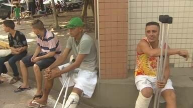 No HCAL, pacientes fazem protesto por da demora nas cirurgias ortopédicas - Pacientes internados no Hospital de Clínicas Alberto Lima fizeram um protesto por causa da demora na realização das cirurgias ortopédicas. Eles fecharam o portão principal do hospital.