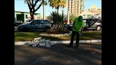 Avenida Medianeira ficou cheia de lixo após Romaria - A prefeitura pretende tomar providências para que o fato não ocorra novamente.