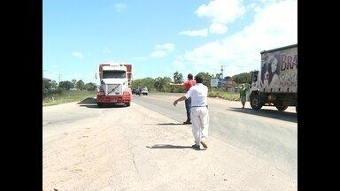 Paralisação nacional dos caminhoneiros gera bloqueio na Região Central - Cerca de 30 manifestantes bloquearam a passagem de caminhões nesta manhã em frente a um posto de combustíveis na BR 392.