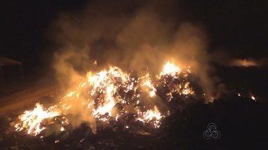 Lixeira pública em Parintins, no AM, está pegando fogo desde a noite de domingo (08) - Fumaça afastou moradores de suas casas.