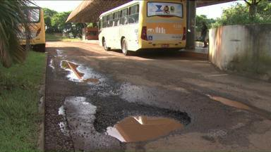 Moradores da zona rural de Londrina enfrentam problemas com o terminal do Irerê - Buracos e pombas são algumas das dificuldades que os passageiros encaram diariamente no terminal.