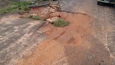 Moradores de Bauru e Marília reclamam de buracos nas cidades - Moradores de Bauru e Marília enviaram imagens à redação da TV TEM mostrando os buracos nas cidades, que tem atrapalhado a vida de motoristas.
