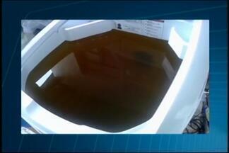Moradora de Araújos registra água turva e suja que chega às casas - Segundo Angélica Ribeiro, serviço está comprometido há uma semana. Sanarj informou que projeto de captação está sendo elaborado
