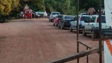 BR-156 volta a ser fechada por moradores da comunidade do Maracá - A BR-156 voltou a ser fechada por moradores da comunidade do Maracá, no trecho sul da rodovia que leva até Laranjal do Jari. O novo bloqueio começou às seis horas da manhã. A cada três horas o tráfego será liberado para carros de passeio. Viaturas e ambulâncias podem passar normalmente pela rodovia.