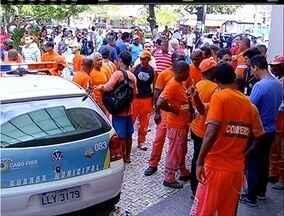 Servidores protestam por regularização dos pagamentos na Prefeitura de Cabo Frio, no RJ - Funcionários afirmam que só retornam ao trabalho quando o problema for resolvido.