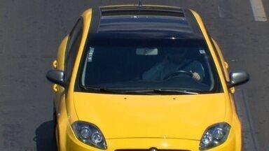 Motoristas falam muito ao volante no DF - Um hábito ainda pior está sendo adotado: digitar na frente do volante.