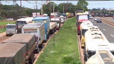 Caminhoneiros bloqueiam 19 trechos de rodovias no segundo dia de protesto - Um caminhoneiro foi detido ao tentar se passar por um policial.