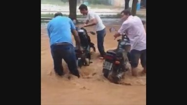Bueiros entupidos ajudaram no alagamento das ruas em Vilhena - Na segunda-feira (9) mostramos no Jornal de Rondônia o alagamento provocado pelo temporal que caiu em Vilhena. Mas nossa equipe descobriu que outro problema ajudou a inundar as ruas, os bueiros entupidos.