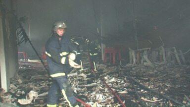 Incêndio destrói parcialmente um salão de baile em Pato Branco. - Bombeiros conseguiram evitar que o fogo se alastrasse para prédios vizinhos.