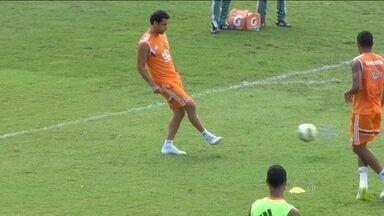 Após duas semanas fora, Fred retorna aos treinos no Fluminense - Em treino a parte, jogador mostra que está se recuperando das lesões do joelho e tornozelo.