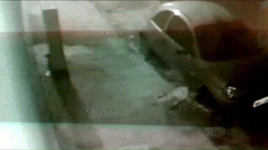 Presos brotam da terra em Ibaiti - Com a ajuda de um comparsa, oito presos fugiram por um buraco que saiu na calçada.
