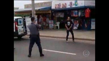 Policial atira em rapaz que parecia estar descontrolado - Caso aconteceu em Itu, no interior de São Paulo. O rapaz estava com um facão nas mãos e gritava que tinha perdido o emprego.