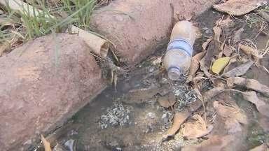 Secretarias municipais fiscalizam o despejo de água servida em vias públicas - Secretarias municipais estão nas ruas fiscalizando o despejo de água servida em vias públicas. Os proprietários dos imóveis que realizam o despejo na rua estão sendo notificados.