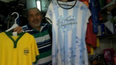 Torcida está dividida no comércio de Uruguaiana, na fronteira com a Argentina - Nesta quarta-feira (12), Argentina e Brasil se enfrentam pelas Eliminatórias para a Copa do Mundo.