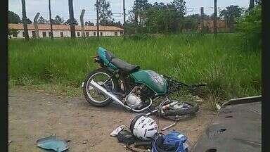 Homem morre após se envolver em acidente durante 'racha' em Americana, SP - O motociclista perdeu o controle em uma curva e bateu na traseira de um trator, na Avenida Nicolau João Abdala.