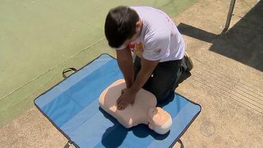 Estudantes de Medicina ensinam massagem cardíaca ao público em Juiz de Fora - Iniciativa nesta quinta-feira (12), no campus da UFJF, faz parte da programação do Dia Nacional de Prevenção das Arritmias Cardíacas e Morte Súbita.