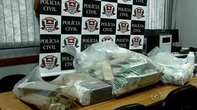 Polícia procura suspeitos de fazer parte de quadrilha de tráfico de drogas em Catanduva - A polícia ainda procura por suspeitos de fazer parte de uma quadrilha de tráfico de drogas em Catanduva. Nesta quinta-feira (12) 28 pessoas foram presas numa operação.