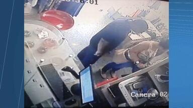 Casal é flagrado roubando celulares de loja no bairro da Pituba - Registro foi feito por câmeras de segurança do estabelecimento.