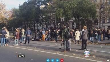 Produtora da TV Globo mostra o dia seguinte aos ataques na França - Onze estações de metrô estão fechadas. A população parece ainda não acreditar no que aconteceu. Mais de cento e cinquenta pessoas foram mortas e pelo menos duzentas feridas.