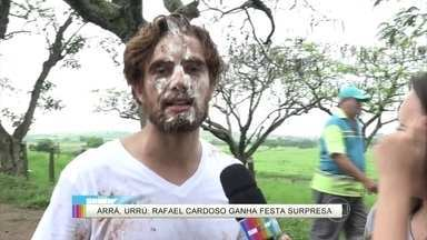 Rafael Cardoso leva torta na cara nos bastidores de Além do Tempo - Ator ganha os parabéns dos colegas de equipe e se diverte muito