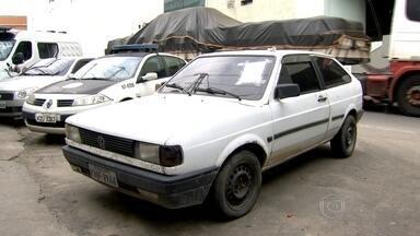 Quatro PMs são presos acusados de extorsão e sequestro, em São Gonçalo - Eles usaram um carro comum para levar dois suspeitos e ligaram para a família de um deles exigindo R$ 10 mil de resgate.