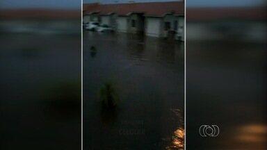 Chuva inunda condomínio fechado em Valparaíso de Goiás; veja vídeo - Moradores filmaram momento em que carros foram atingidos pela enxurrada. Avenida da cidade ficou coberta pela água e caminhão ficou bloqueado.