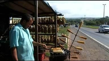 Comerciantes vão ter que desocupar barracas às margens da BR-060 - Segundo a concessionária que administra a rodovia, medida é uma orientação da Agência Nacional de Transportes Terrestres (ANTT).