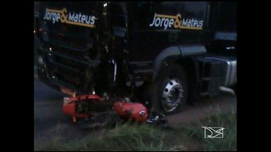 Motociclista morre após choque com carreta da dupla sertaneja Jorge & Mateus - Um homem morreu em um acidente de trânsito na madrugada desse domingo (22) próximo ao município de Estreito (MA), no sudoeste do Maranhão. O acidente envolveu uma moto e uma carreta da equipe da dupla sertaneja Jorge & Mateus. O homem que estava na moto morreu na hora.