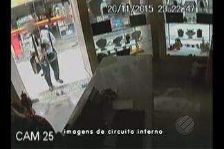 Uma joalheria foi na última sexta-feira num shopping aqui em Belém - Passavam das 11 horas da noite, o shopping já estava fechado para clientes, quando três mulheres furtaram várias joias da loja.