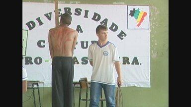 Alunos de Vilhena fazem atividades no dia da Consciência Negra - Objetivo do evento é combater a discriminação.