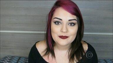 Blogueira Tammy Sloty dá dica para não manchar o rosto na hora de pintar os cabelos - Para retocar a mecha rosa no cabelo e não sujar o rosto, a blogueira toma alguns cuidados. Ela passa reparador de pontas na pele, ao redor do couro cabeludo.