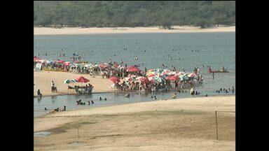 Com vazante do rio, aumenta fluxo de banhistas na praia de Alter do Chão - Período do ano é considerado o auge do verão. A praia de Alter do Chão é uma das mais visitadas do município.