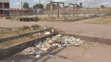 População reclama de praça abandonada no bairro Pantanal - A praça do Bairro Pantanal, o único espaço de lazer da comunidade, está abandonada. O que ainda movimenta o local são os projetos sociais e lanchonetes.