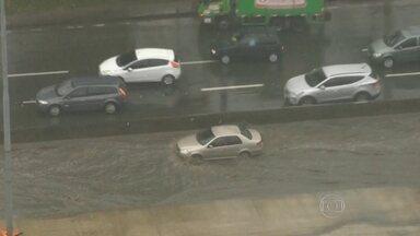 Bolsões d´água, trânsito e alagamentos - Chuva que caiu na madrugada causou transtornos em várias partes da cidade.