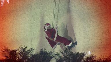 Papai Noel desce de rapel em inauguração de decoração de Natal - Só que neste ano a Galinha Pintadinha também será atração; confira.