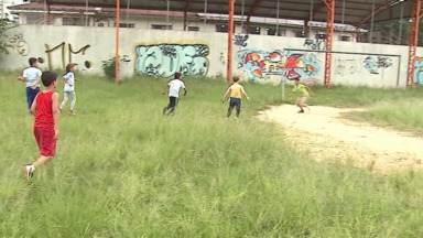 Campo de futebol na Vila Ricci está tomado pelo mato - Moradora alerta para o perigo para as crianças
