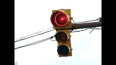Acidentes causados por motoristas que avançam sinal vermelho podem ser crime - Nossa equipe flagrou vários exemplos de desrespeito ao semáforo.