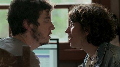 Bianca e Pérsio descobrem suas identidades e se beijam - Massimo flagra a sobrinha aos beijos com seu funcionário na tanoaria