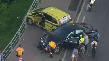 Acidente deixa uma pista fechada na Avenida Ayrton Senna, na Barra da Tijuca - Dois táxis, um carro particular e um caminhão se envolveram em um acidente na madrugada desta sexta-feira (27), na Avenida Ayrton Senna, na Barra da Tijuca. O caminhão teria fechado um dos carros que bateu nos outros dois.