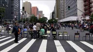 Estudantes interditam importante via de São Paulo durante protesto - Um grupo de alunos de uma escola pública de São Paulo fechou um dos cruzamentos mais movimentados da cidade. Eles protestam contra a reorganização das escolas.