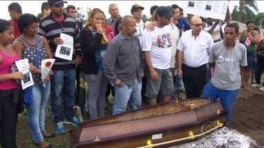 PM exonera comandante de policiais que metralharam carro no Rio - Quatro dos cinco jovens fuzilados foram enterrados nesta segunda-feira (30). Quatro PMs estão presos pelo crime.