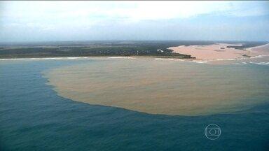 Lama da Samarco afasta turistas do litoral do Espírito Santo - Navio que pesquisa a qualidade da água no mar capixaba foi comprado por um convênio que inclui umas das empresas proprietárias da mineradora Samarco.