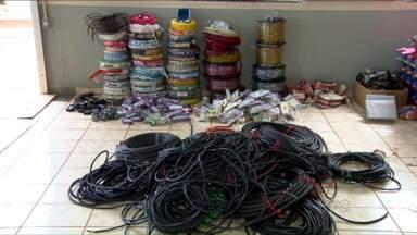 Servidores de Apucarana são presos por desvio de material elétrico - A polícia encontrou com eles fios, tomadas, refletores e até decoração de natal. O prejuízo à prefeitura de Apucarana foi calculado em R$ 15 mil.