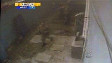 Homem armado invade escola de Blumenau durante chegada do Papai Noel - Homem armado invade escola de Blumenau durante chegada do Papai Noel