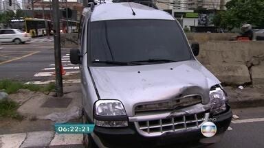 Dois suspeitos são presos após perseguição na Zona Leste da capital - A perseguição assustou os moradores da região do Tatuapé. Os suspeitos foram presos após baterem o carro no cruzamento da Avenida Salim Farah Maluf com a Celso Garcia.